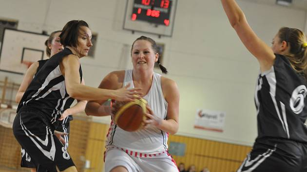 PATNÁCT BODŮ zaznamenala ve finálovém střetnutí s rezervním týmem hradeckého Sokola devatenáctiletá týnišťská rozehrávačka Barbora Zoubková.