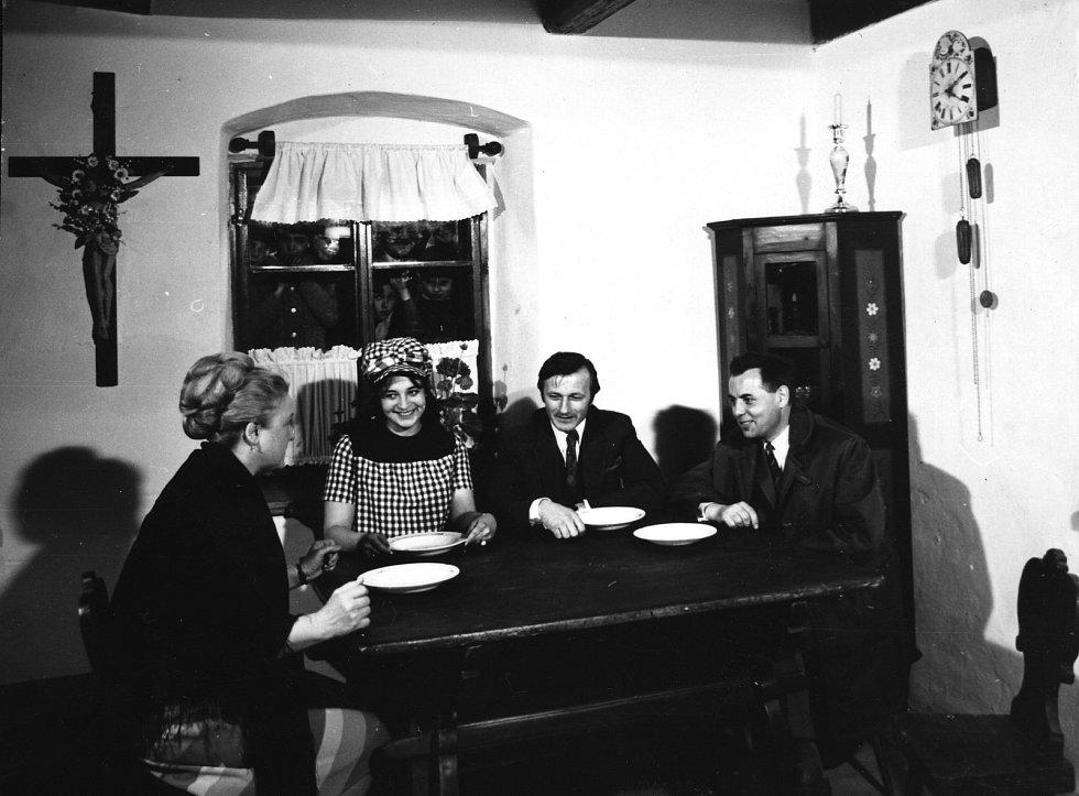 Setkání protagonistů a tvůrce seriálu při příležitosti otevření rodného domku F. L. Věka v Dobrušce v roce 1972.