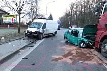 Dopravní nehoda zablokovala provoz na frekventované komunikaci v Kostelci nad Orlicí. Řidič osobního auta po předjíždění dostal smyk a postupně narazil do dvou nákladních vozidel.