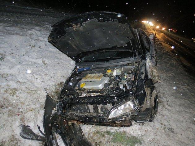 Auto se po symku ocitlo v příkopě.