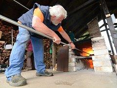 Tevní skla dřevem začíná, musí se ale nejprve roztopit pec.