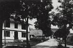 Střední část Říček v Orlických horách, silnice vedoucí od Rokytnice v Orlických horách. Fotografie byla zachycena roku 1930.