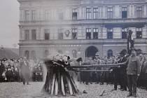 Na Starém náměstí v Rychnově nad Kněžnou vzplála hranice s pozůstatky symbolů Rakouska-Uherska.