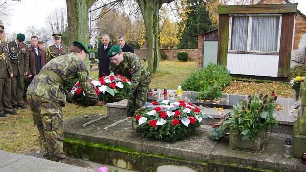V DOBRUŠCE POLOŽILI VĚNCE a květiny 11. listopadu u hrobů a pamětních desek padlých vojáků.