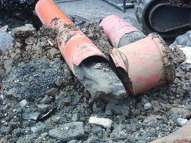 Stavba kanalizace.