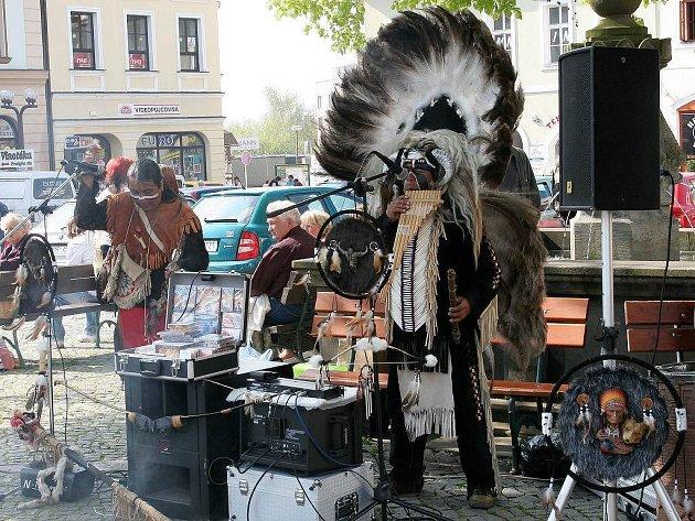 Zpívající indiáni na rychnovském náměstí.