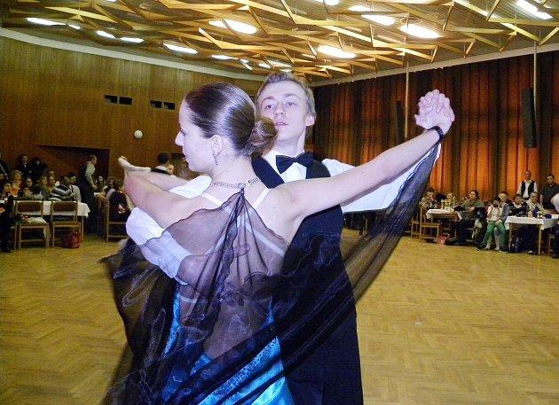 """RYCHNOVSKÉ SPOLEČENSKÉ CENTRUM PATŘILO V SOBOTU OPĚT TANEČNÍKŮM. Překvapením byla velká účast v kategorii dospělých, kde se na tanečním parketě setkalo 21 párů. Tato soutěž se koná v rámci projektu """"Rok s tancem"""", který podporuje prezentaci mladých talent"""