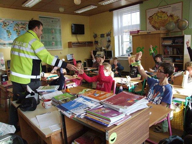 REFLEXNÍ PÁSKY ROZDALI policisté také dětem ze základní a mateřské školy v Rybné nad Zdobnicí. Zároveň jim vysvětlili, jak se bezpečně pohybovat na silnici.