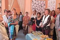 Výstava Krása zašitá v krajce, která až do 27. července pokračuje v prostorách Městské knihovny.