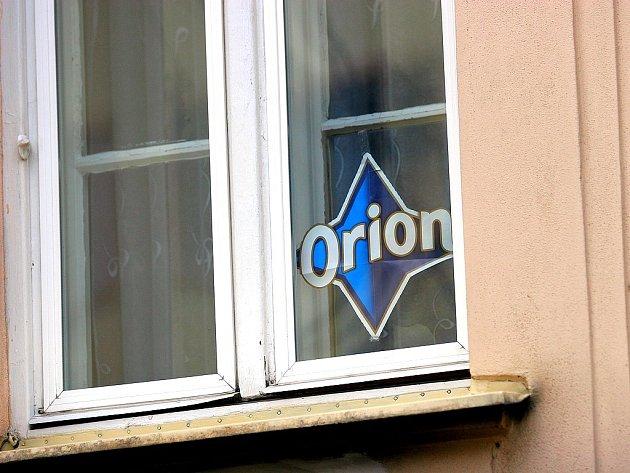 Modrá hvězda za oknem láká podvodníky k okradení obyvatel.