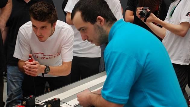 """POLOTOVARY soutěžních formulí 1 během jejich výroby  a závod """"efjedniček"""" ve školách."""