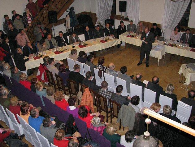 Na mimořádné veřejné zasedání  opočenského zastupitelstva přijeli do hotelu Holub někteří  krajští radní v čele s hejtmanem Lubomírem Francem.