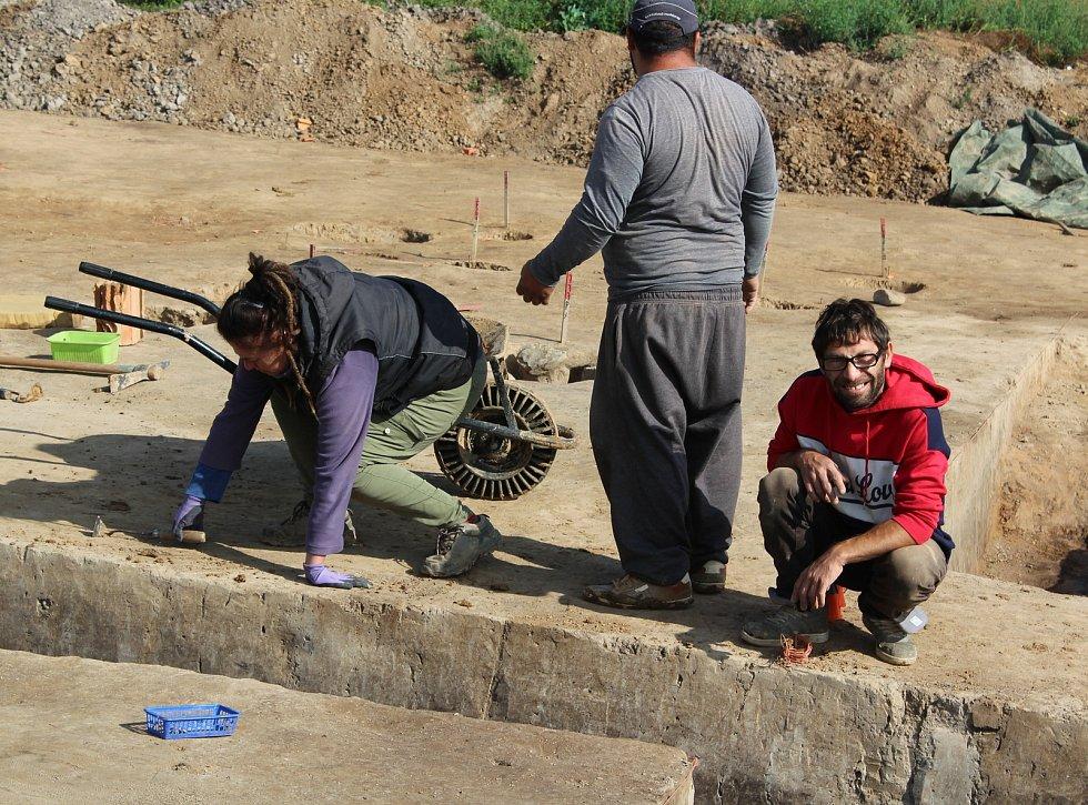 Ze záchranného archeologického výzkumu u Doudleb nad Orlicí. Práce na průřezu hliníku z doby jordánské kultury