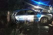 Vůz skončil mimo silnici, jeden člověk se zranil.