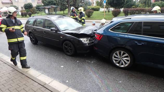 Srážka čtyř aut komplikovala dopravu.