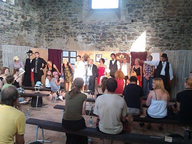 PŘESTOŽE s herectvím nemají velké zkušenosti, obnovit tradici ochotníků se v Potštejně nebáli.