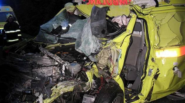 Při střetu sanitního vozu s nákladním automobilem zemřely dvě osoby