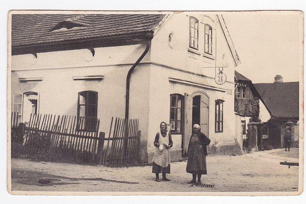"""DŮM ČP. 123 vystřídal několik živnostníků. Od kotláře v 19. století, přes kupce až k """"vděčné"""" živnosti pekařské. Dveře vedoucí do krámu na dnešním snímku nenajdete, zmizely už před mnoha lety."""