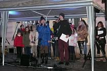 PO ZPĚVU KOLED následovaly vánoční písně, jednu z nich si zazpívala i učitelka Petra Flígrová s Janem Dynterou. Jak ukazuje fotka, žák už paní učitelce přerostl přes hlavu (při výuce to prý naštěstí neplatí).
