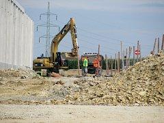 Stavba haly skýtá práci řadě stavebních dělníků. Zda je nahradí noví zaměstnanci logistické firmy je otázkou.