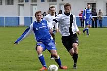 TÝNIŠŤSKÝ ZÁLOŽNÍK Martin Štajer (vlevo) bojuje o míč v domácím divizním utkání s Vysokým Mýtem.