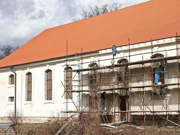 Zámecká jízdárna v Rychnově nad Kněžnou z roku 1727 se stále  zásadně mění a  rekonstruuje. Vlídné počasí přeje výměně oken, jízdárna má již z části i novou fasádu.  Na celé historické stavbě je nepřehlédnutelná nová střecha.