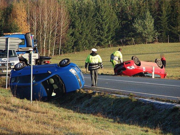 Nehoda tří osobních aut na silnici mezi Česticemi a Borohrádkem.