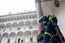 Cvičení hasičů. Požár střechy historické budovy opočenského zámku si vyžádal nasazení osmi jednotek hasičů.