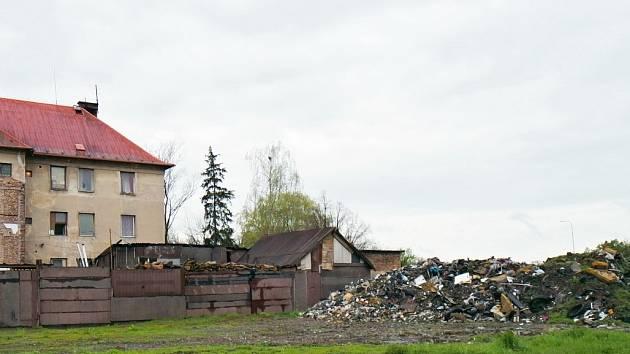 Skládka za domem hrůzy v Meziříčí