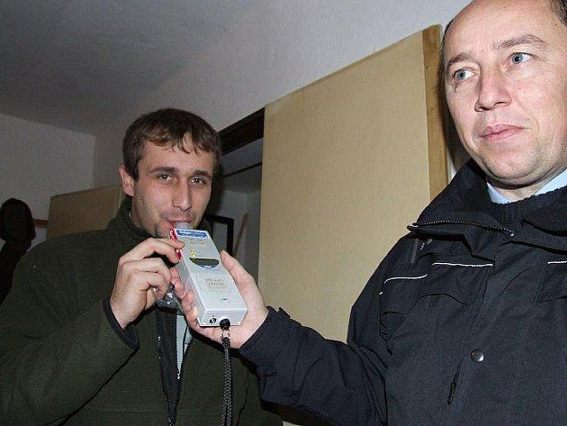 Policie kontrolovala v Přepychách myslivce na honu. Kromě namátkové dechové zkoušky na alkohol policisté rovněž kontrolovali zbrojní průkazy, doklady ke zbraním i fyzický stav samotných zbraní.