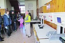 """Škola se otevřela a ukázala """"mašinky"""" za sta tisíce"""