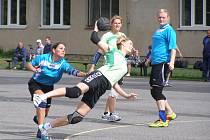 STARONOVÁ POSILA. K výhře dobrušských házenkářek přispěla jedním gólem  Kateřina Valíčková (na snímku při střelbě), která na východě Čech opět hostuje z pražských Spojů.