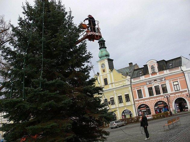 Vánoční smrk na rychnovském Starém náměstí má již instalované osvětlení.