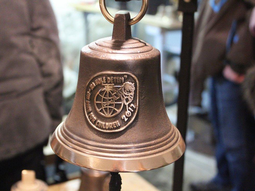Odlévání zvonu v Deštném v Orlických horách.