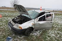Řidič vozu značky Fiat Punto dostal na namrzlé vozovce smyk, sjel mimo silnici, kde se auto v poli několikrát převrátilo.