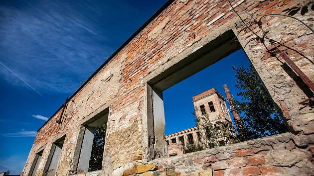 Zkrachovalá fabrika Perla v Doudlebách nad Orlicí.