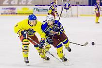 SEZONA STARTUJE. Hokejoví fanoušci se konečně dočkali. V neděli zahájí nový ročník Krajské soutěže mužů. Magnetem budou divácky atraktivní derby mužstev z našeho okresu.