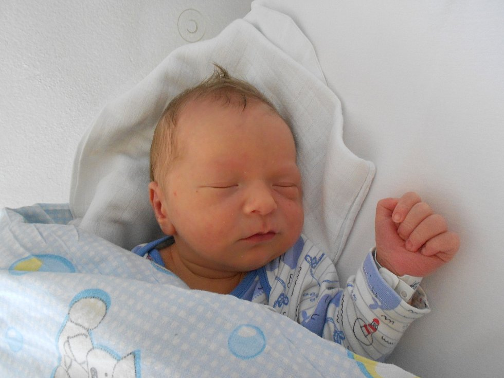 VILÉM JECH poprvé spatřil světlo světa 29. května ve 3.57 hodin. Měřil 53 cm a vážil 4100 g. Potěšil své rodiče Janu a Marka Jechovy z Dobrušky. Tatínek to u porodu zvládl na jedničku.