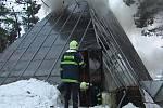 Při požáru nadstandardně vybené chaty s bazénem ve Žďáru nad Orlicí  zasahovaly čtyři hasišské jednotky.