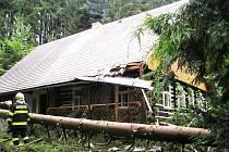 V Hamernici, která je součástí Nebeské Rybné, spadl dvacetimetrový smrk na střechu roubené chalupy.