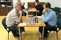 SOUSTŘEDĚNÍ. Na snímku z prvoligového utkání šachistů jsou zachyceni mistři šachu. V popředí Stanislav Jasný v partii s Josefem Havelkou (Panda, vpravo), v pozadí zleva Segei Vesselovsky s domácím Piotrem Sabukem.
