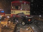 Jednapadesátiletý muž vjel z nejasných příčin pod rozjetý vlak, spolujezdkyně na místě zraněním podlehla.