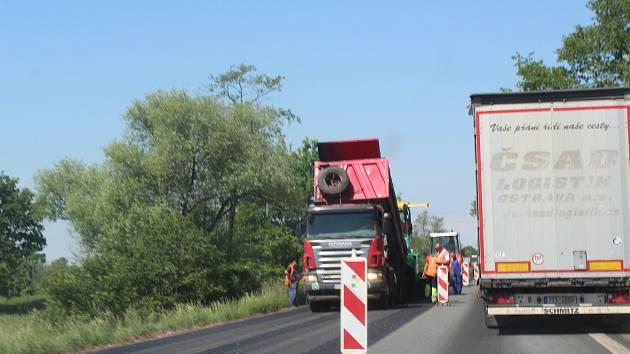 Práce na frekventované silnici I/11 tradičně nepotěší řidiče. Silničáři se na opravu komunikací vrhli i v dalších místech regionu.