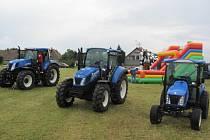 HISTORICKOU ZEMĚDĚLSKOU TECHNIKU v sousedství nejmodernějších traktorů nabídla Přestavlcká traktoriáda.