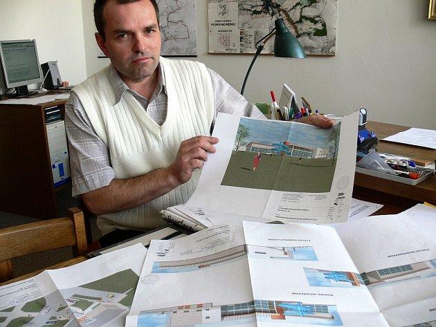 Vedoucí stavebního odboru rychnovského městského úřadu Petr Dušek ukazuje studuu zamýšleného bazénu.