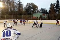VHAZOVÁNÍ. Opočenským hokejbalistům (tmavé dresy) se na plastovém povrchu v Heřmanově Městci tradičně daří.
