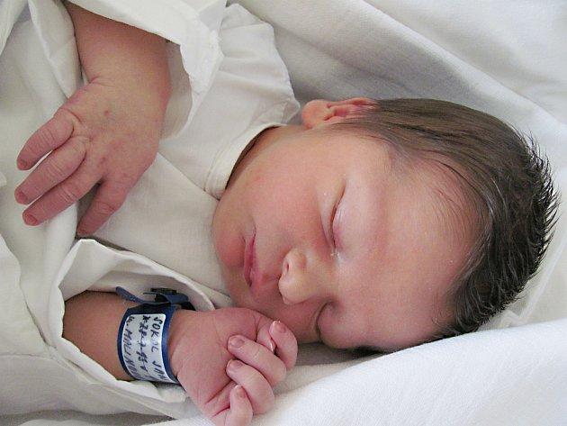 JAN SOKOL: Rodiče Veronika Malinová a Jan Sokol z Vamberka se radují z narození syna. Svět uviděl 28. července v 1.54 hodin s váhou 3,34 kg a délkou 49 cm. Tatínek byl u porodu mamince velkou oporou.
