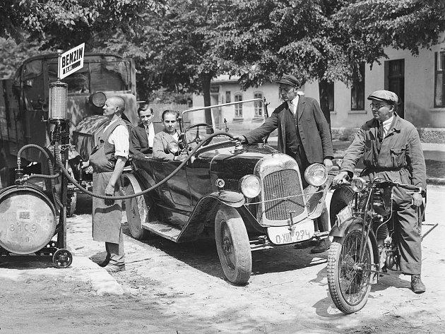 """Tankování benzinu do aut uvelkoobchodu """"Spiegel"""" vŠiroké ulici (dnes Husova ulice), období první republiky."""
