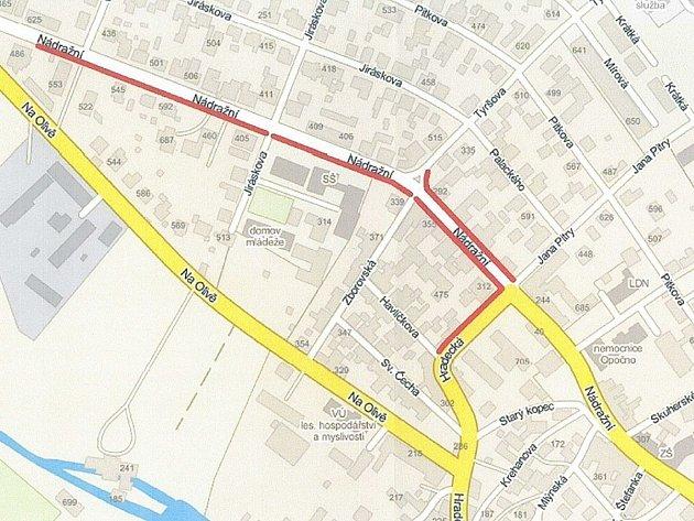 NA MAPCE jsou opravované chodníky zvýrazněny červeně. Jedná se o ulice Nádražní a Hradecká.