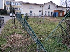 Řidič narazil do plotu u školy.